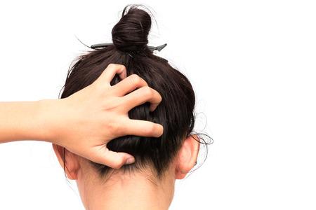 piojos: la mujer del primer lado picazón del cuero cabelludo, el concepto del cuidado del pelo Foto de archivo
