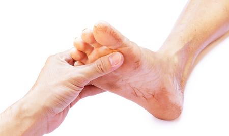 Hand houden voeten oude vrouwen, zorg ervoor voelen met een witte achtergrond