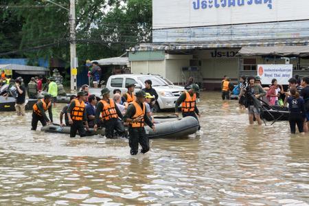SAKON NAKHON, TAILANDIA - 29 DE JULIO DE 2017: Gente de Transpotration con agua inundada Foto de archivo - 85518852