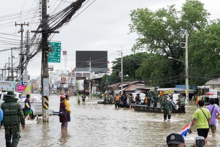 Sakon Nakhon, Thaïlande - 29 juillet 2017: Les gens de transpotration avec de l'eau inondée Banque d'images - 85518854