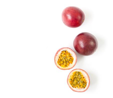 Passievrucht van de close-up de hoogste mening op witte achtergrond, fruit voor gezond concept