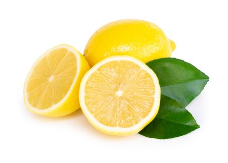 Closeup rebanada de fruta de limón fresco con hoja verde sobre fondo blanco, comida y concepto saludable