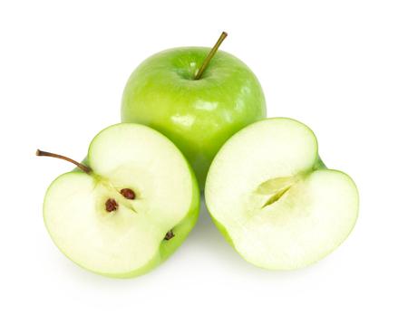 Grüner Apfel der Nahaufnahme mit Scheibe lokalisiert auf weißem Hintergrund, Frucht für gesundes Ernährungskonzept