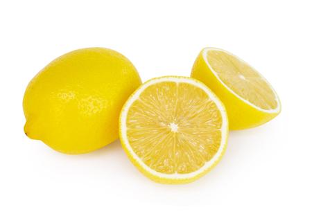 Frische Zitronenscheibe der Nahaufnahme lokalisiert auf weißem Hintergrund, Nahrung und gesundem Konzept Standard-Bild