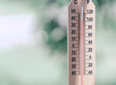 Close up hand holding thermomètre avec température chaude