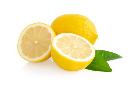 Closeup rodaja de fruta de limón fresco aislado sobre fondo blanco, comida y concepto saludable