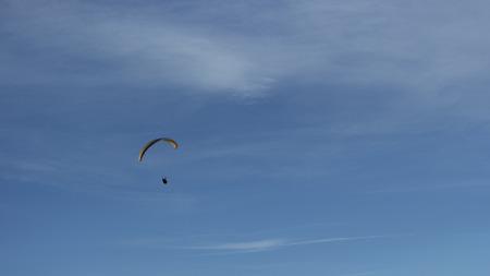 parapente: parapente en el cielo azul Foto de archivo