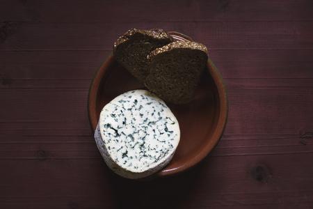 Queso francés y pan integral Foto de archivo - 99357120
