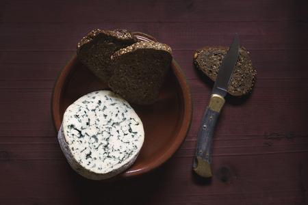 Queso francés y pan integral Foto de archivo - 99394527