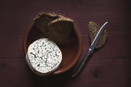 Queso francés y pan integral Foto de archivo - 99374651