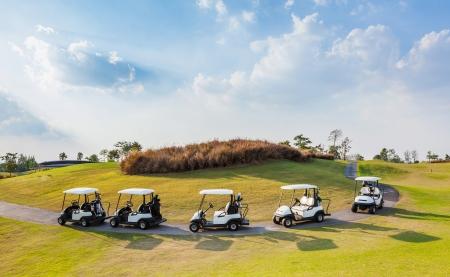 午後の日差しのゴルフコースでカートします。