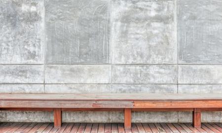Sichtbeton Wand mit Holzbank
