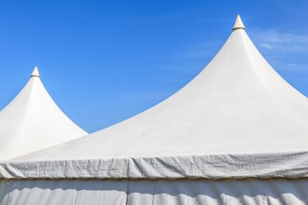 escudo: Principio de la tienda de lona blanca con fondo claro cielo azul, para el gran partido del acontecimiento. Foto de archivo