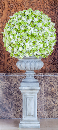 orchidee: Grandi bouquet fiori nel vaso di decorazione nella hall dell'hotel.