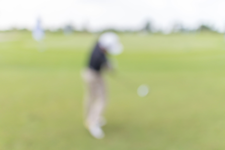 beholder: Blurred photo of golf player on green during golf match.