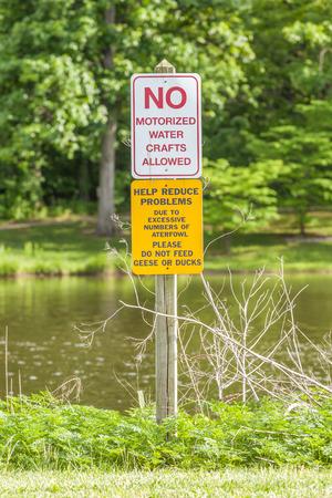 motorised: No hay oficios acuáticos motorizados prohibidos la muestra de advertencia de seguridad.