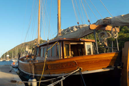 wooden boat moored in the mediterranean sea close up 스톡 콘텐츠