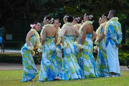 14th: HONOLULU - 14 de marzo: Hawaiano personas en traje tradicional de preparan para el desfile de Festival de Honolulu, Hawaii, el 14 de marzo de 2010  Editorial