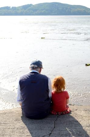 Meisje Met Haar opa Samen Op Een Pier Stockfoto