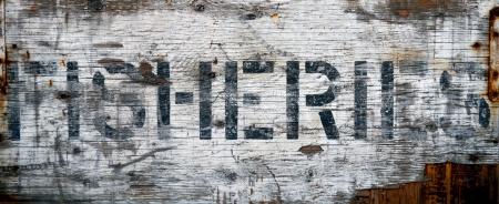 fischerei: A Grungy, verwitterten Schild an einem Dock Sagen Fischerei Lizenzfreie Bilder