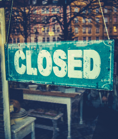 Retail Image Of Grungy Vintage Closed Sign In Furniture Boutique Store Stockfoto