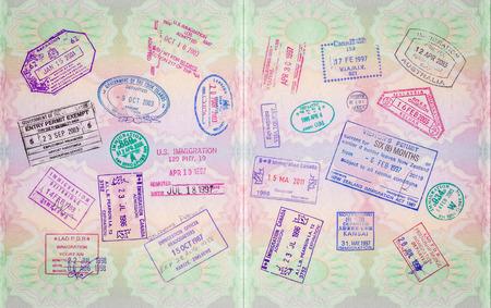 pasaporte: Sellos Vintage retro en un pasaporte europeo desde varias ubicaciones