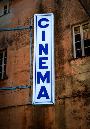 ortseingangsschild: Grungy Retro Zeichen für ein Backstreet Kino oder Theater in Italien