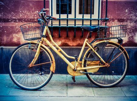 backstreet: R�stico viejo de la vendimia de la bicicleta en una calle secundaria en Italia