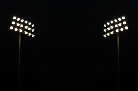 Twin Stadion-Leuchten auf einem Sportstadion in der Nacht mit Textfreiraum Standard-Bild - 33088326