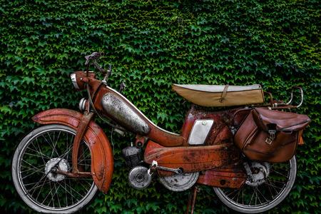 scooter: Vintage 60s ciclomotor franc�s o scooter con Pannier Bolsa Y Rueda pinchada o moto contra un fondo Ivy