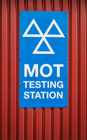 A Motor Ordinance Test (MOT) Station Sign At A Garage In The UK Foto de archivo