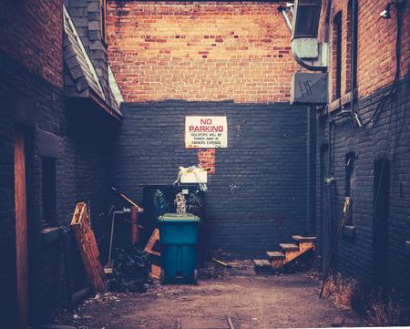 汚れた都市の路地のレトロなスタイルのイメージ 報道画像