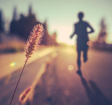 gente saludable: Vintage Retro saludable Soft Gimnasio Runner Al Atardecer