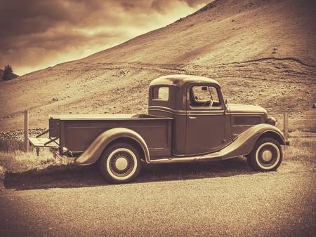 camioneta pick up: Estilo retro de la sepia imagen de un cami�n de la vendimia En El Campo Foto de archivo