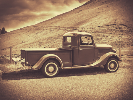Retro Style Sepia Image Of A Vintage Truck In The Countryside 版權商用圖片 - 45339317