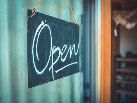 puerta abierta: Rústico Abrir muestra que cuelga en la puerta de un café y tienda de regalos en el Noroeste Pacífico