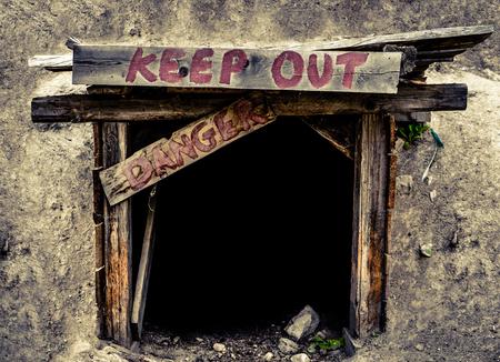 peligro: Imagen Conceptual De Un Una entrada a una antigua mina T�nel Con Keep Out Y Se�ales de peligro
