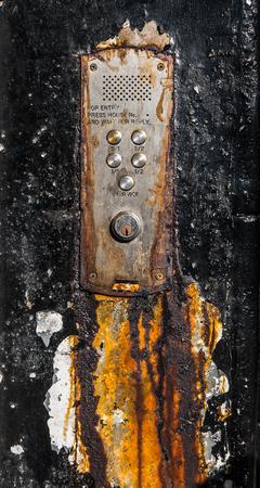 puertas antiguas: Un sistema de intercomunicación viejo oxidado Zumbador O Para Pisos En Glasgow, Escocia Foto de archivo