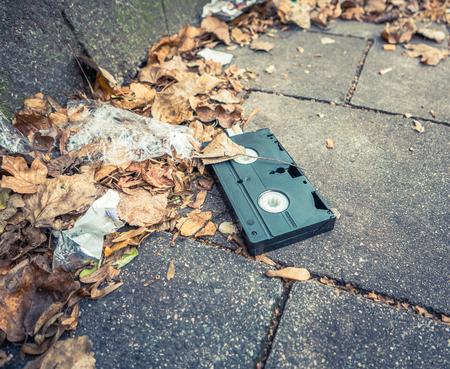 videocassette: Imagen conceptual de una cinta VHS abandonado en la calle Foto de archivo