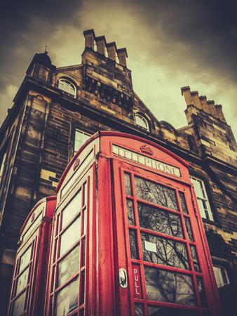 cabina telefonica: Un Phonebox de época británica en una ciudad británica (Edimburgo) contra el cielo tormentoso