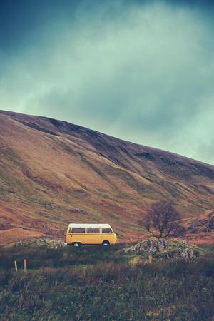 Retro Art-Bild eines Weinlese-Campervan in der schottischen Wildnis Standard-Bild