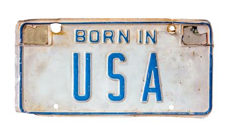 Geïsoleerde Grungy patriottische nummerplaat met Born In USA