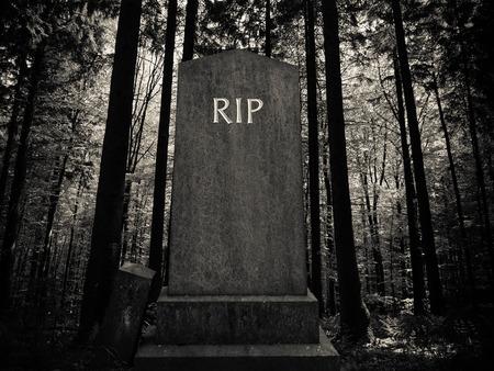 Spooky RIP Gravestone In A Dark Forest Setting Archivio Fotografico
