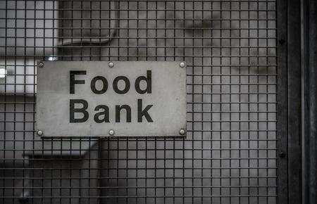 Un cartel sucio para un banco de alimentos en una calle secundaria Foto de archivo