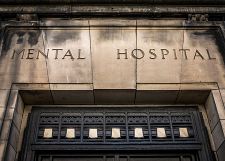 Entrada y letrero para un aterrador 'hospital mental' de la era victoriana (hospital psiquiátrico)
