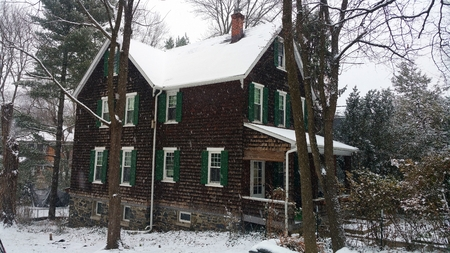 Three-story, large brown house viewed in Roland Park (BALTIMORE) during snowfall. Banco de Imagens