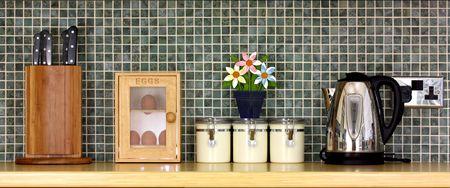 kettles: Encimera de cocina de lujo con elementos de cocina y un muro mosaico