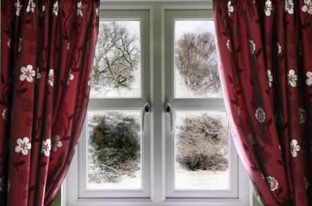 sipario chiuso: Veduta invernale da una finestra