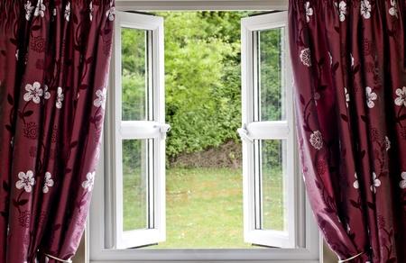 ventana abierta: Ventana abierta en cortinas, con una vista