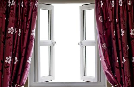 ventana abierta: Ventana abierta y cortinas con miras de blanco en blanco